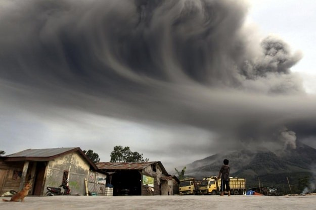 Unbelievable Photo Of Mount Sinabung Spewing Ash In Indonesia Photography