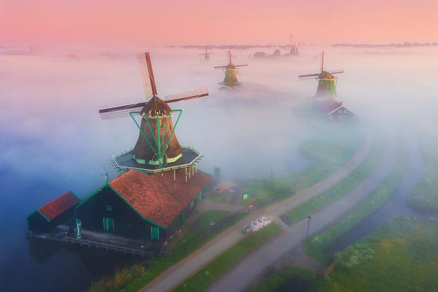 Dutch Windmills in the Fog – Fubiz Media Design